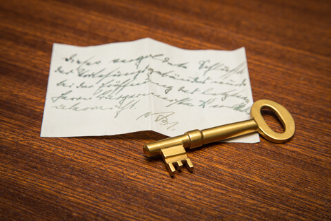 The photo shows the golden key to the lecture building—officially handed over by Edmund Siemers in 1911.
