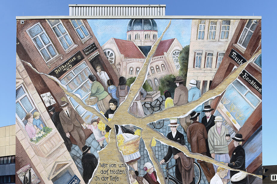 The photo shows the mural by the artist Cecilia Herrero-Laffin on the Von-Melle-Park Campus. It is a view of the city and people, but depicted as a shattered mirror.