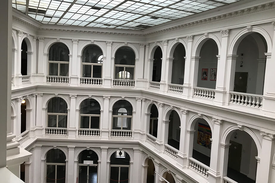The photo shows the white arches of the atrium in the State and University Library Carl von Ossietzky.