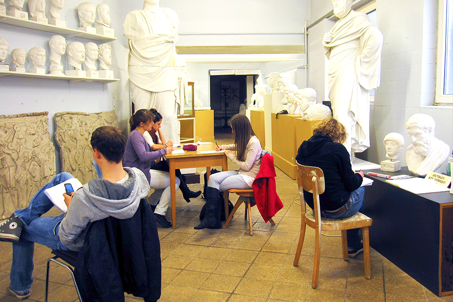 Students while drawing the skulptures.