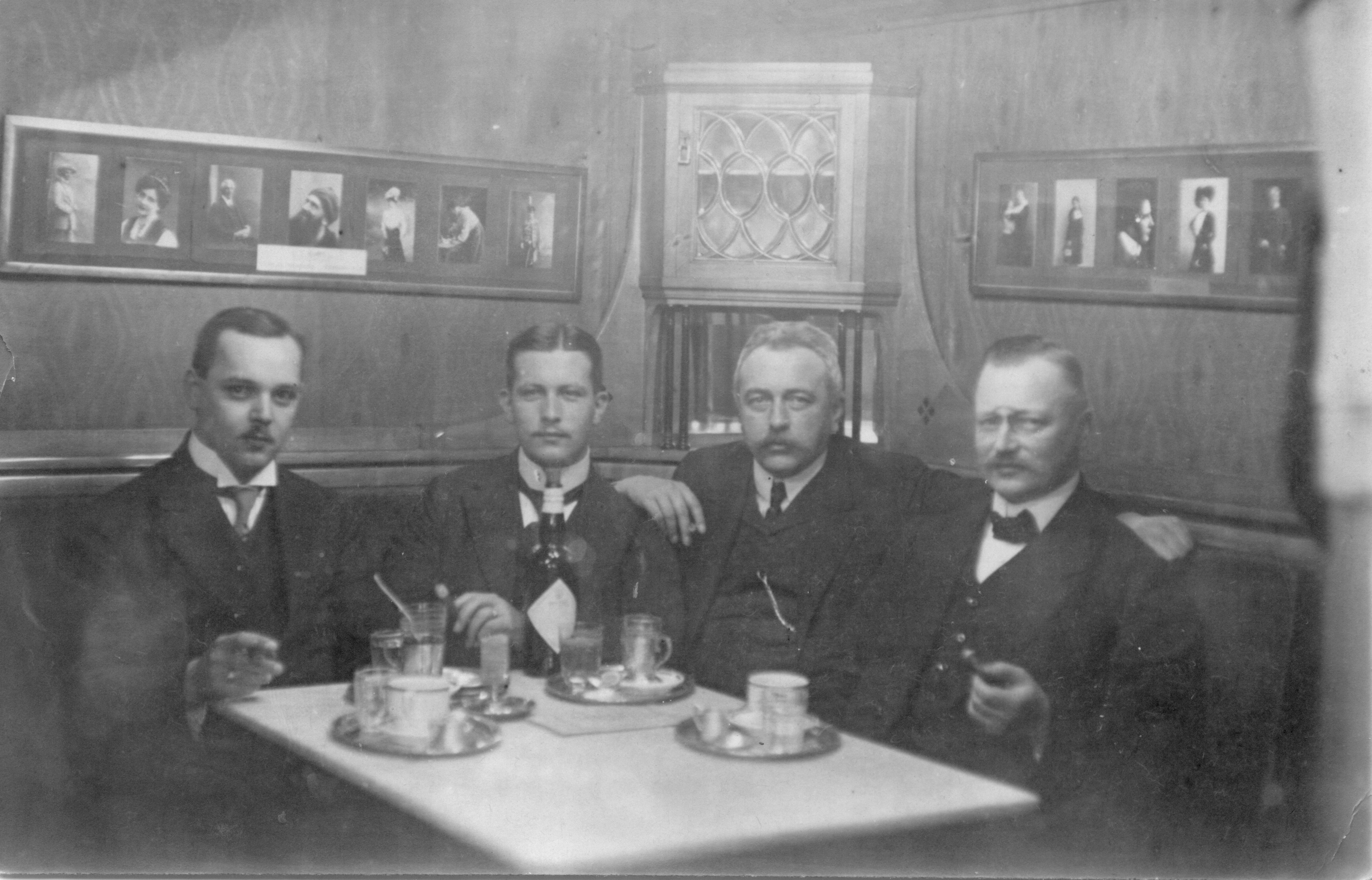 Prof. Alfred Voigt with colleagues in the Café Belvedere, 1912